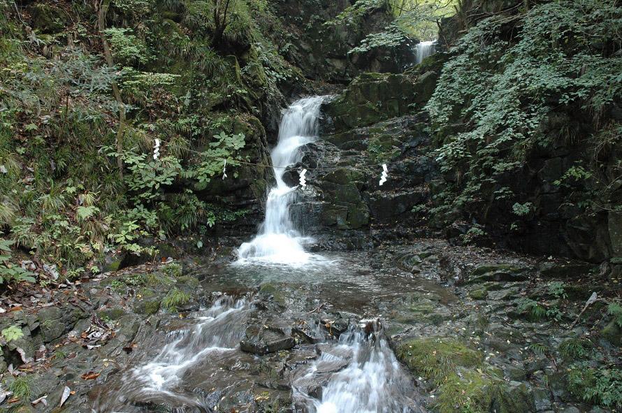 九頭龍神社の近くにある九頭龍の滝。落差10m、2段からなる。