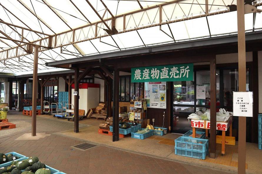 白菜や自然薯などの野菜を中心に、季節の果物なども販売。円城台地の冷涼な気候が育んだ円城白菜のおいしさは県外でも有名だ。