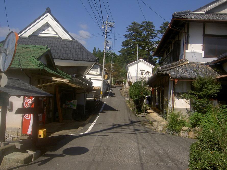 鎌倉時代中期、円城寺を中心に門前町が形成され、かつては酒屋や雑貨屋、宿屋などが並び栄えていた場所。今も古い家並みが残る。