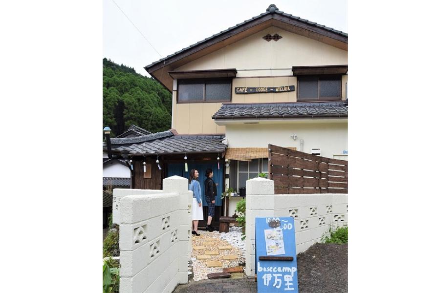 山に囲まれた焼き物の里、大川内山にたたずむ味わいのある建物。2019年6月にオープンした。