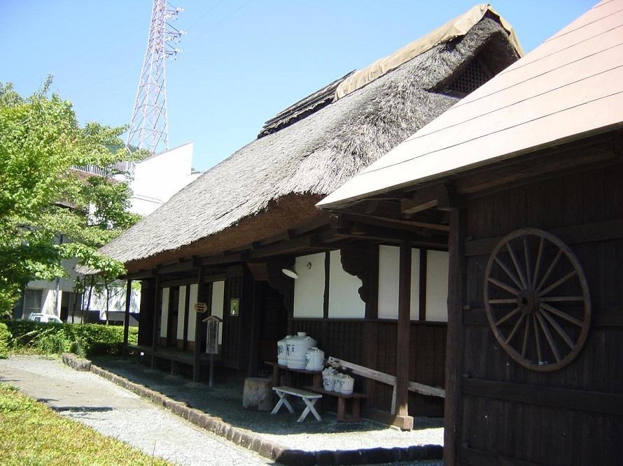 湖底に沈んだ世附地区の人々が住んでいた江戸時代末期の民家を、移転・復元した「三保の家」。