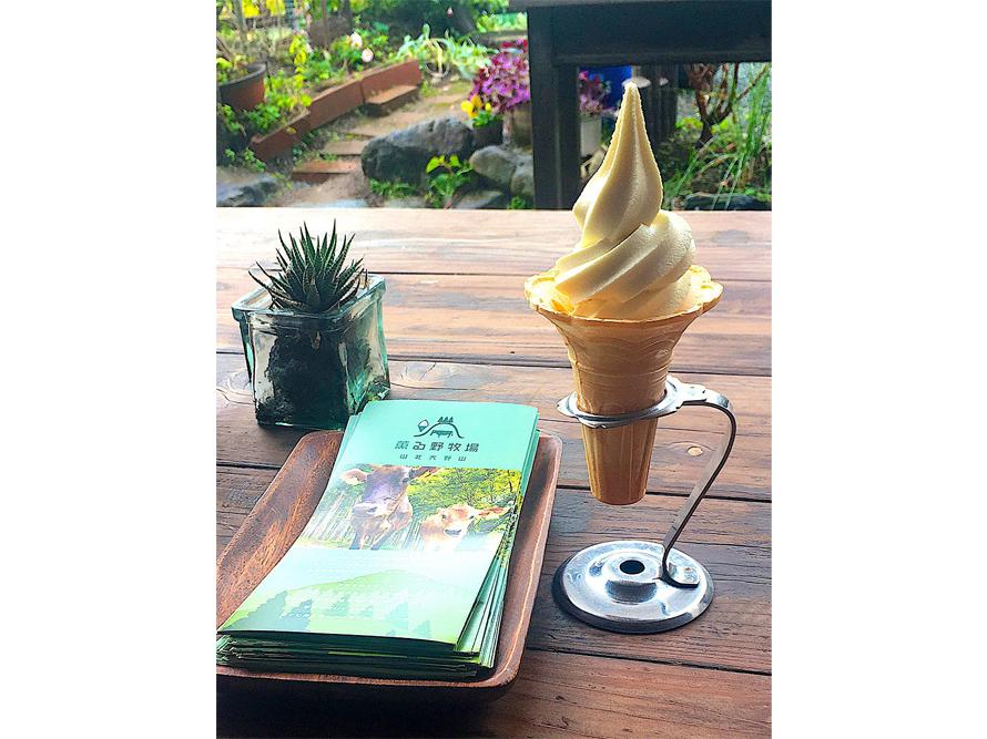 「薫る野牧場のソフトクリーム」400円(税込)は山地酪農ジャージー牛の無添加ソフトクリーム。このソフトクリーム目当てにやってくるお客さんも多いという。