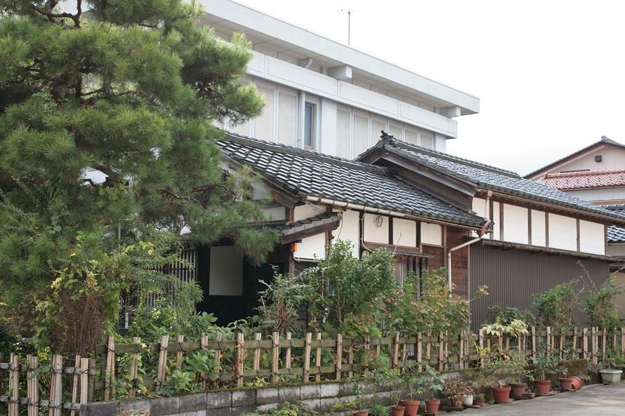 「愛染苑」に隣接する民藝館「青花堂」。「青花堂」は、棟方志功が支援者の石崎俊彦氏に与えた称号だという。