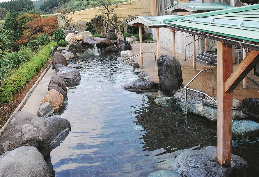 大露天風呂からは、倶利伽羅山や宝達山の山々を一望。