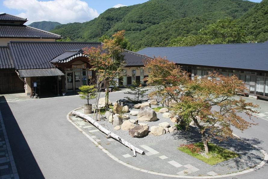 山々に囲まれた自然の中の温泉施設。バスタオルやフェイスタオルは有料で購入できる。