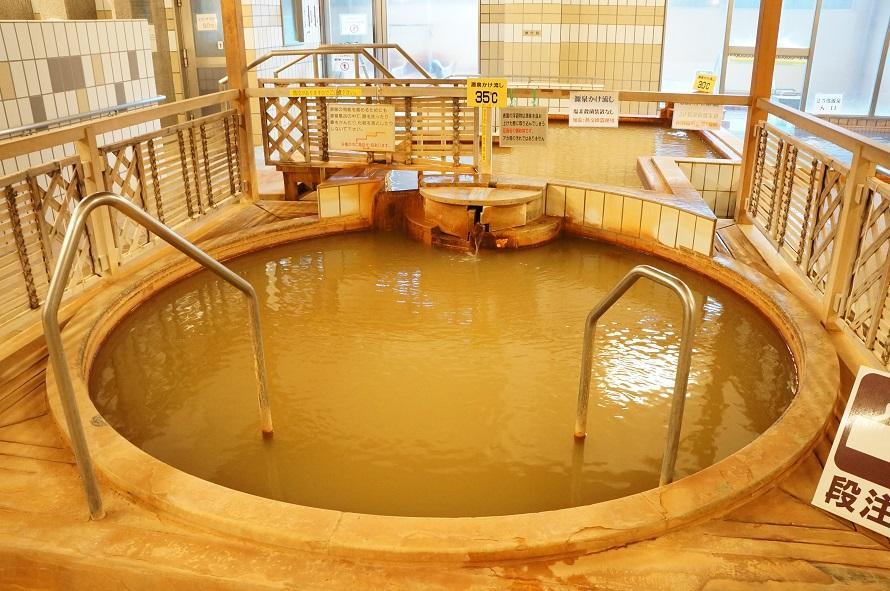4種類の温度が揃う源泉。写真は37℃の湯船。