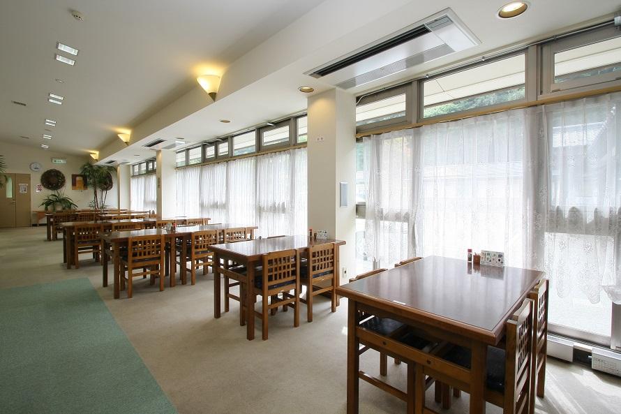 「花豆食堂」では山梨の旬の料理を提供。お風呂上がりにどうぞ。