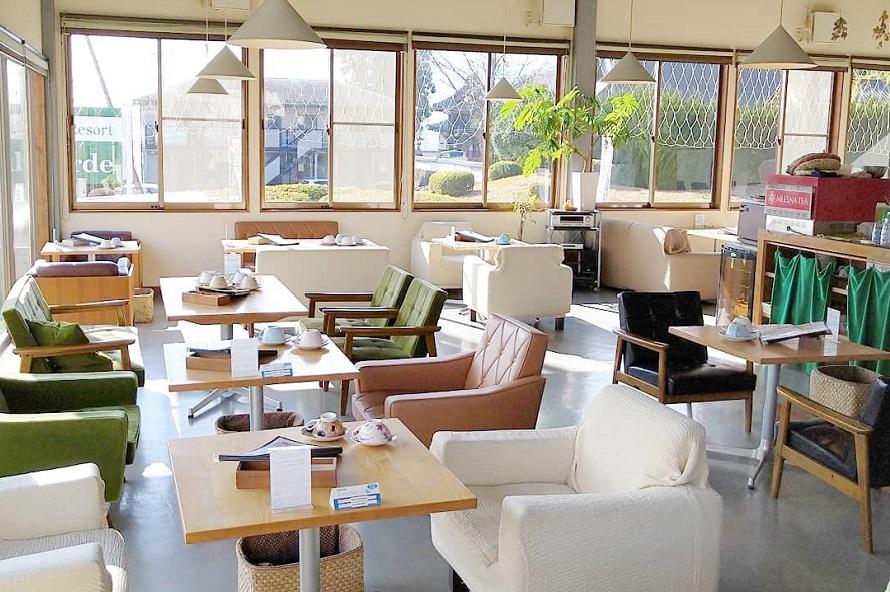 大きな窓から日が差し込み、明るい店内。ソファ席もありゆっくりくつろげる。