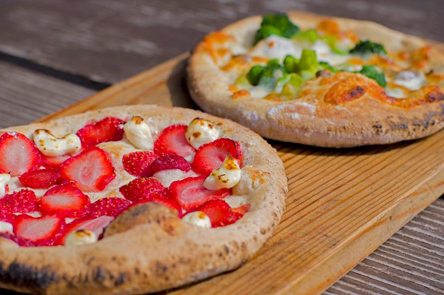 石窯で焼くピザの生地には国産小麦の全粒粉を使用。一人2枚までオーダー可能だ。