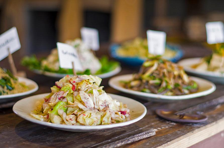 10種類前後のお惣菜が並ぶビュッフェは、自家農園で大切に育てた野菜をたっぷり使った料理が並ぶ。