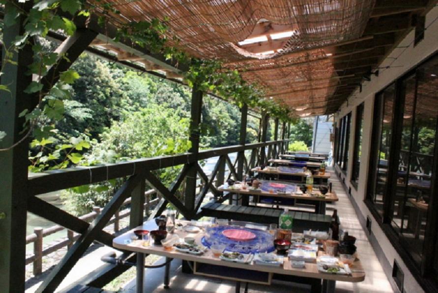 花瀬川のすぐ横に位置し、テラス席では川風やせせらぎの音を感じながら食事を楽しめる。