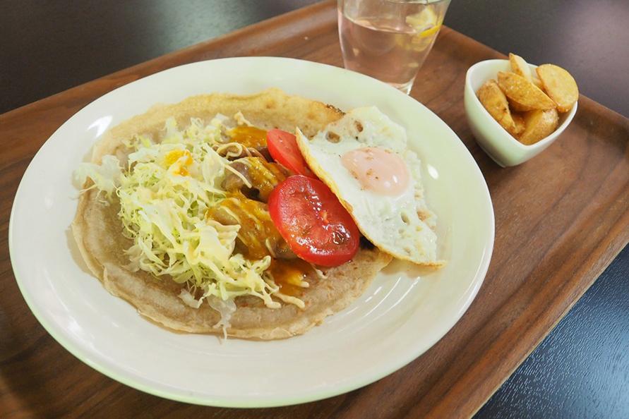 「ガレットサンドランチ」は、大隅産自家製のそば粉を薄く伸ばし、地元産の野菜やチキンに農園特製フルーツソースをかけたオリジナルメニュー。800円~(税別)。