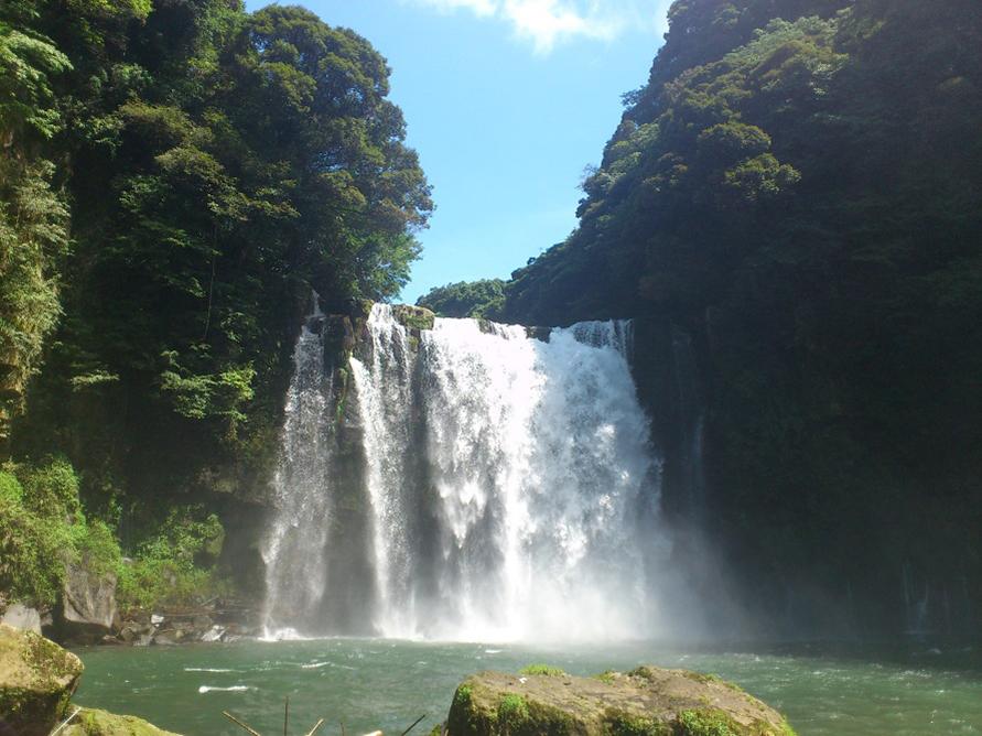 豪快に水しぶきをあげる滝は、自然のパワーを感じさせてくれる。