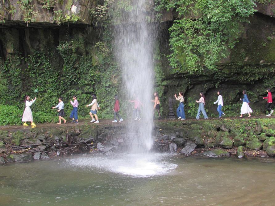 大小の滝が流れ落ちる園内は、年中無休で入場できる。マイナスイオンをたっぷり浴びながら、散策を楽しもう。