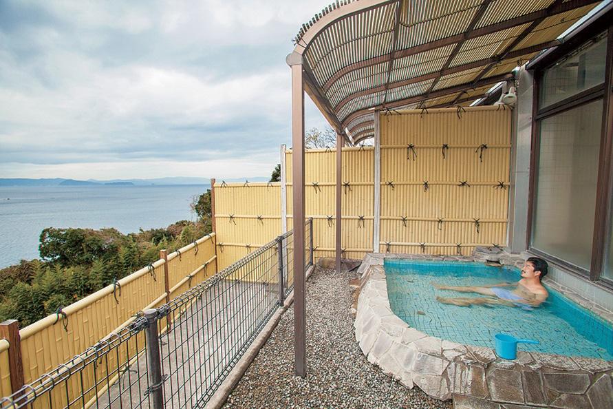 「トロピカルガーデンかみかわ」は、国道269号線沿いの傾斜地に建つ温浴施設。海を見渡す展望露天風呂が爽快だ。