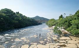石畳の清流と大滝の大自然を満喫ドライブ!クラシックが流れる農園育ちのフルーツを食べに出かけよう 鹿児島県錦江町
