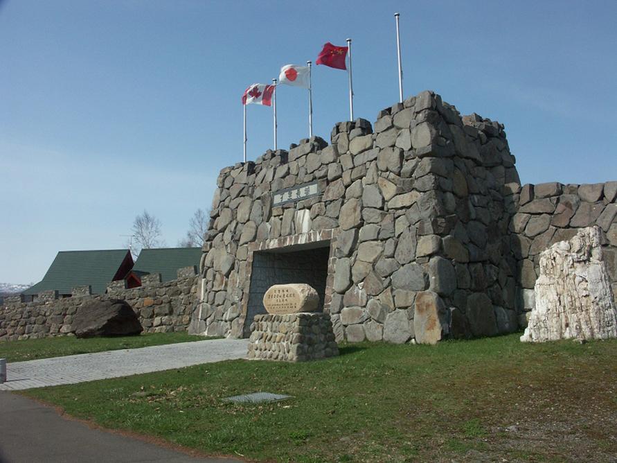 正面玄関ともいえる「メモリアルゲート」の右手には、中国からの祝辞にあった「衆志成城(しゅうしせいじょう)」ということわざが刻まれた石碑が立つ。「町民が心を合わせて頑張れば城のような大きなことも成し遂げられる」という意味が込められている。
