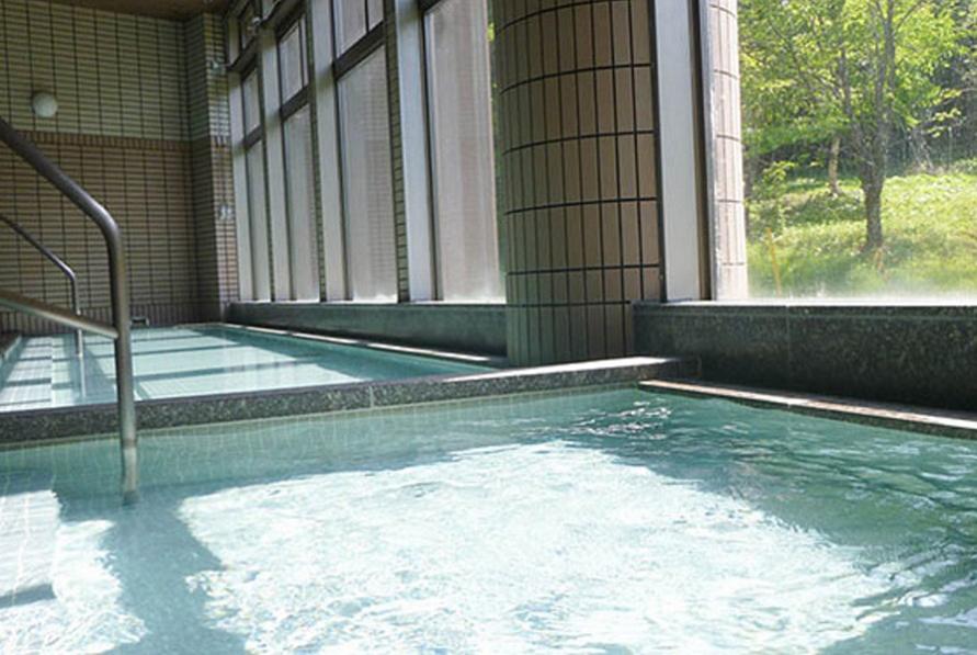 大きな窓から光が差し込み、屋内でも明るい大浴場。