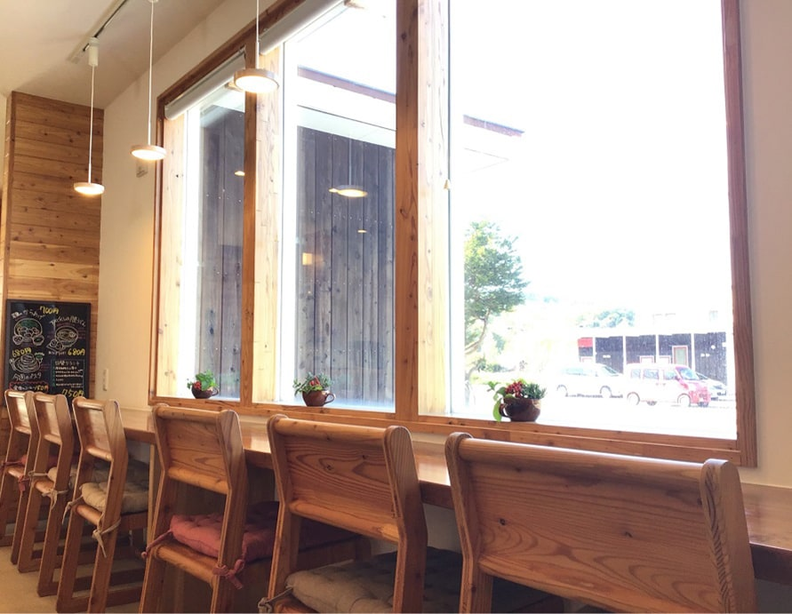 店内は木のあたたかみを感じる、明るくナチュラルな雰囲気。