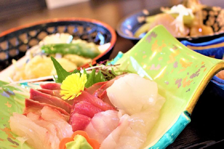ランチの目安は1000円くらい。漁師が振舞う絶品刺身定食が大好評。