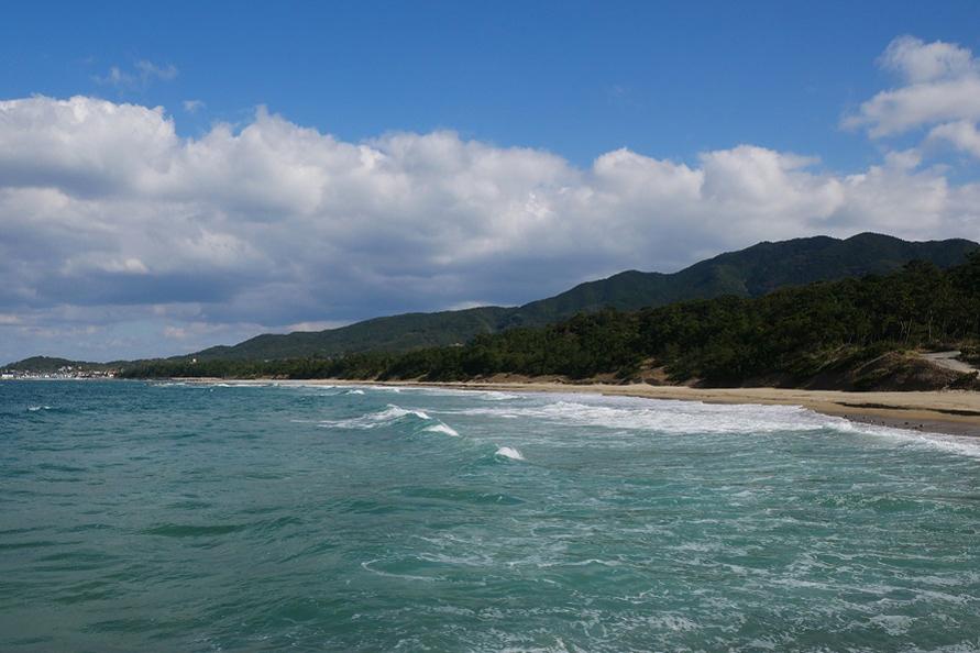 海岸沿いには、松林と大海原を望む約1.5kmの遊歩道があり、展望所も2か所設けられている。
