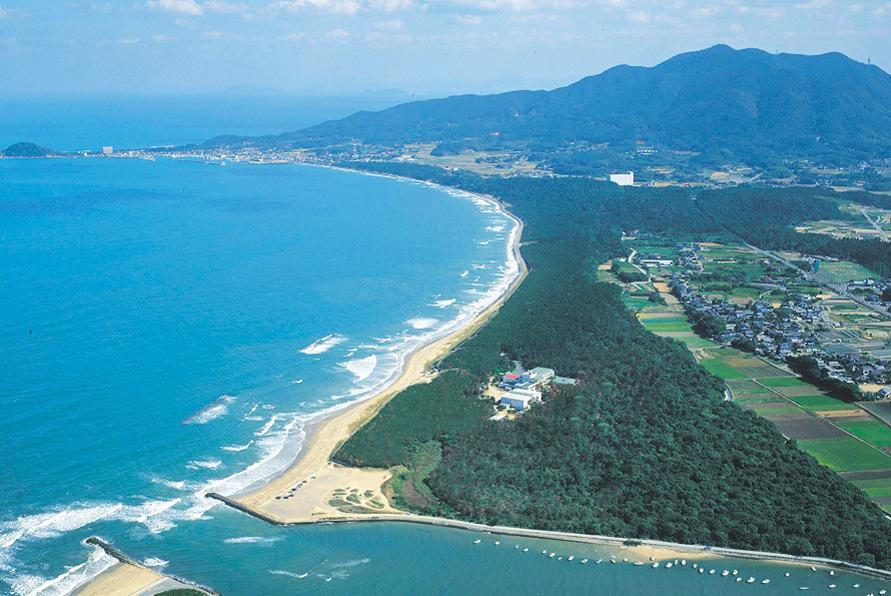 「日本の松の緑を守る会」選定の「白砂青松100選」は「海の中道」や「三里松原」など、福岡県内に5か所あり、さつき松原もそのうちのひとつ。白砂青松とは白い砂浜と青々とした松原を伴う美しい海岸の景色のこと。