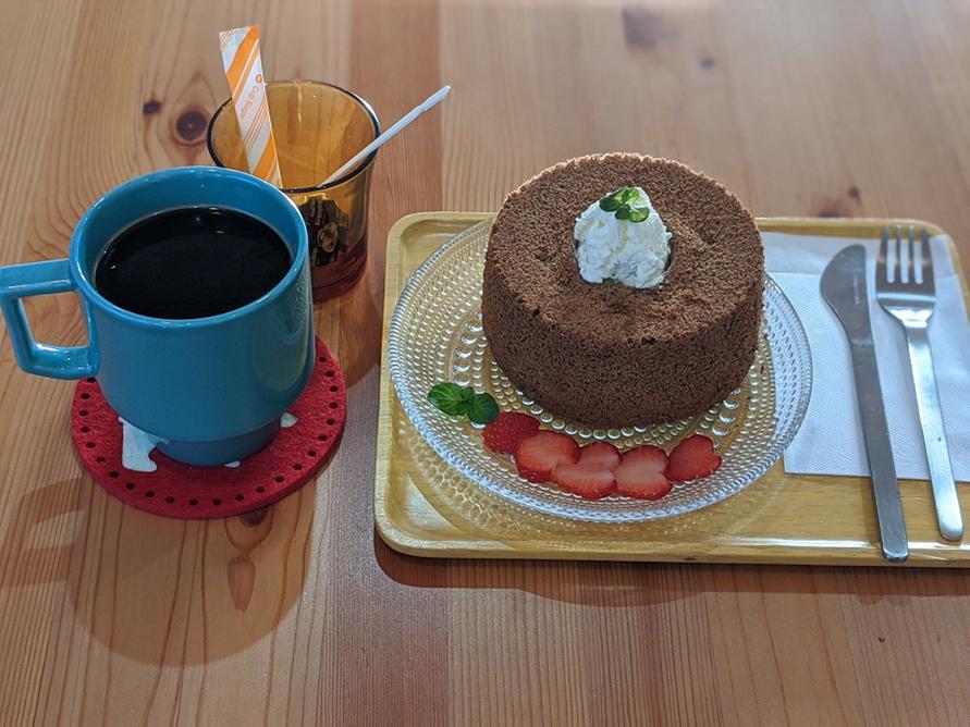 コーヒー(350ml)、シフォンケーキは400円。クランベリーやぶどう、りんごなどフルーツジュースも。