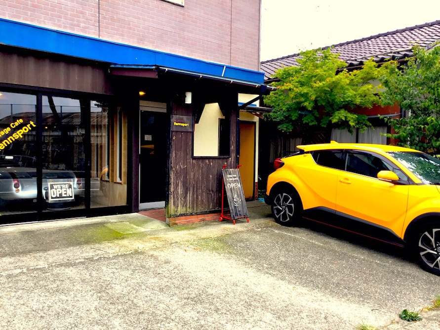 黄色い車が目印。店名の「Rennsport」は、ドイツ語で「レーシングスポーツ」の意味。