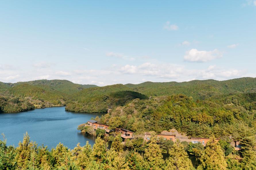 湖畔のリゾートとして人気の公園。桜や紅葉の名所でもある。