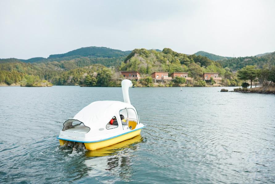 ペダルボートや手漕ぎのボートをレンタルして湖上遊覧を楽しめる。