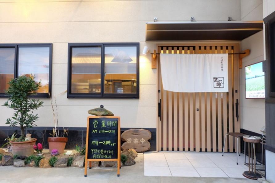 お店はICから直進した先、大串交差点の角にあり、車で行くのに便利。