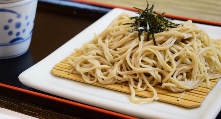 山形のそば粉「でわかおり」を手打ちした蕎麦。大阪河内鴨を使った「かもざる(つけめん)」1400円などが人気メニュー。