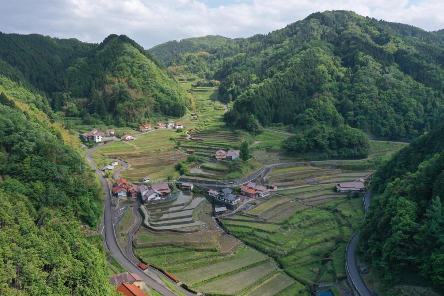 急峻な斜面に広がる棚田の合間に民家が点在する。民家の屋根の赤い石州瓦は石見地方で生産されたもので、三州瓦、淡路瓦とともに日本三大瓦といわれている。