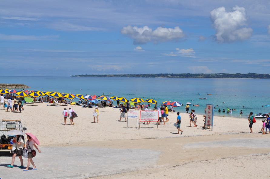 写真提供:一般社団法人本部町観光協会ビーチパラソルが映えるコバルトブルーの海で、夏を満喫できる。