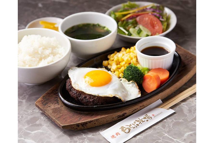 「もとぶ牧場ハンバーグ」1500円のほか「ゴーヤーチャンプル」800円、「もとぶ牛そば」800円など沖縄料理もある。