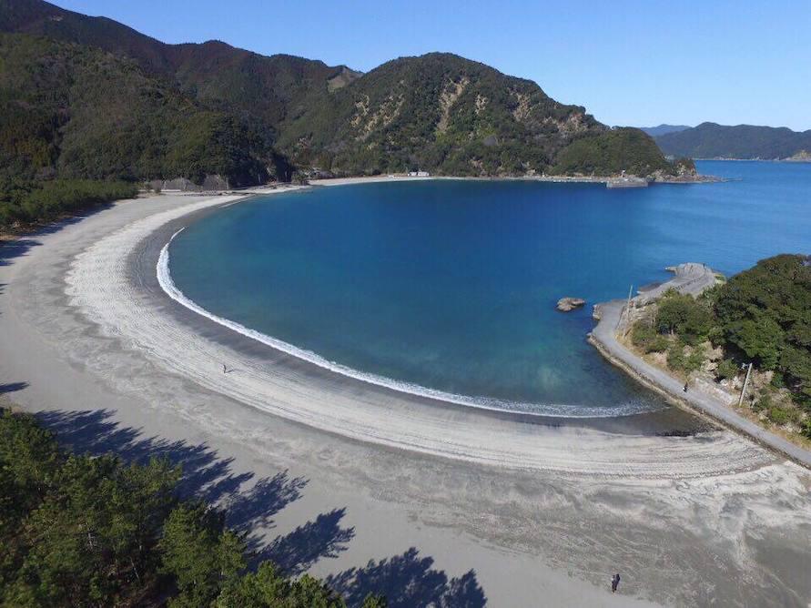 蒲江波当津ICから車で約5分とすぐ。サーフィンやボディボード、シュノーケリングなどを楽しむ人も多い。