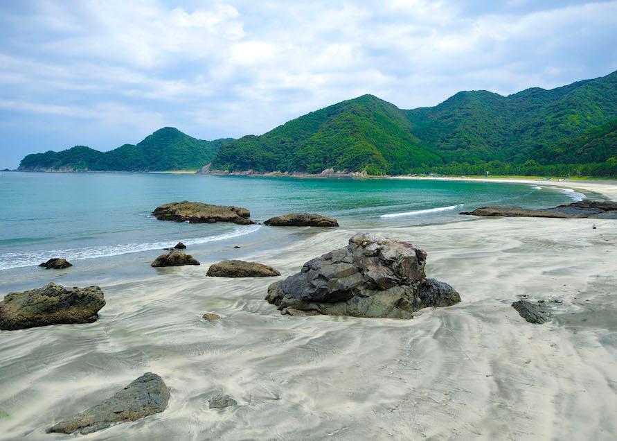 白い砂浜にきれいな波模様が浮かび上がるのも見どころだ。