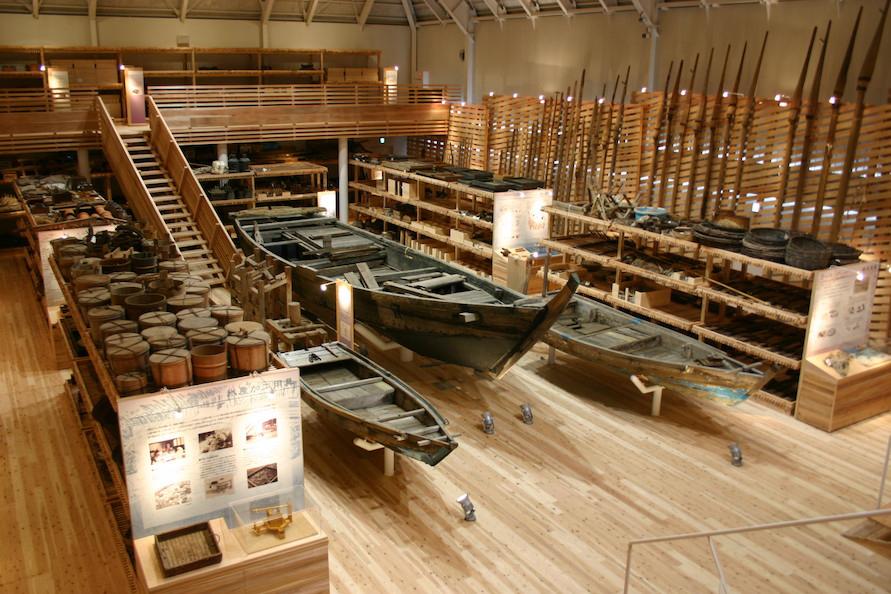 杉の香りの漂う館内に網漁具や船を展示。蒲江の漁師の暮らしぶりや漁業形態を伝えてくれる。