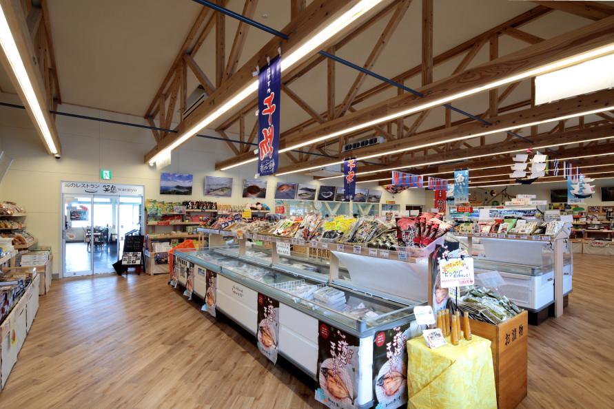 生産者が直接販売する直売所「海べの市」には地元でとれた魚介類や農作物がいっぱい。