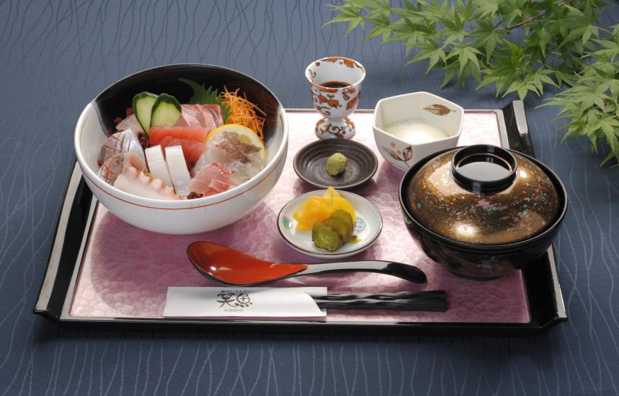 写真の「彩り海鮮丼」1380円のほか、「お刺身御膳」1380円、カレーやうどんなど、メニューも充実。
