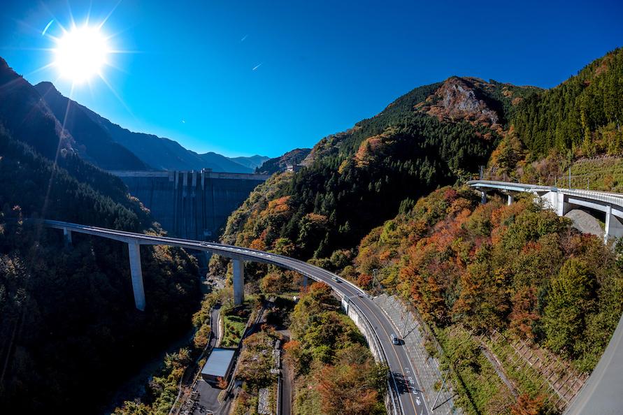 写真提供:(一社)埼玉県物産観光協会左に大きくカーブしている橋が廿六木大橋。奥に滝沢ダムが見える。