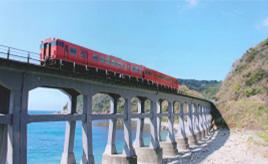 シャッターチャンスを逃すな!海沿いを走る列車が絵になる惣郷川橋梁へドライブ 山口県阿武町