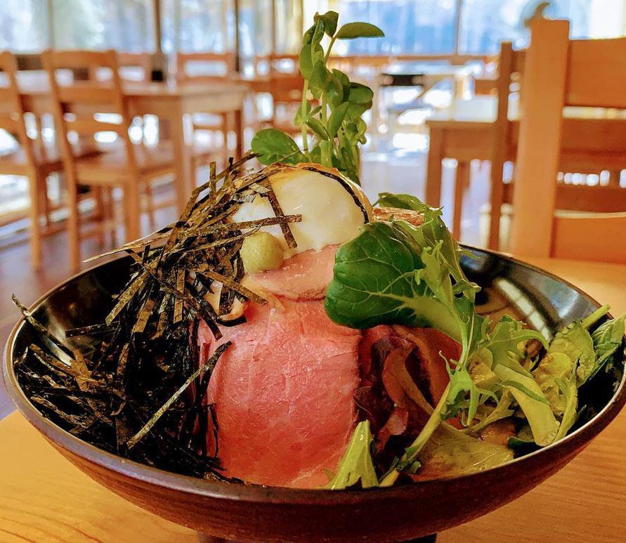 やわらかい牛モモ肉を炭火でローストした「ローストビーフ丼」は人気メニュー。ドリンク、サラダセットで1180円。