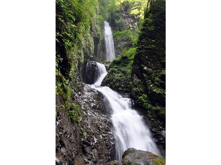 3段に流れ落ちる那須塩原随一の名瀑「竜化の滝」。風挙の滝から遊歩道をさらに進むと見えてくる。
