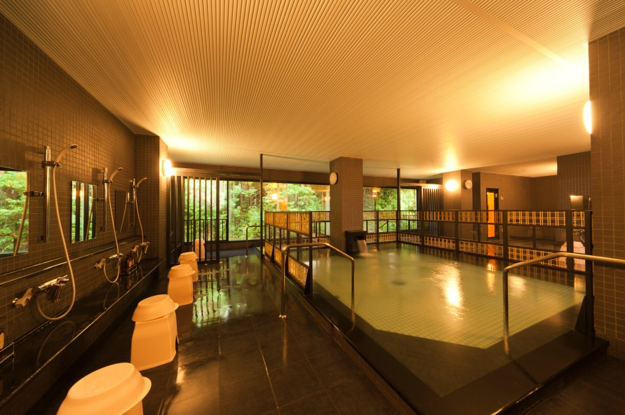 男性用の2階「仏陀の湯」は、天然ラドン温泉。朝から日帰り利用開始の11時までは男女が入れ替わる。