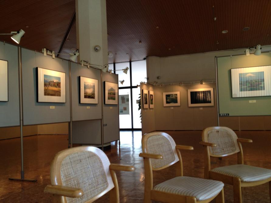 館内には休憩スペースもあり、ゆったりとくつろいで作品を鑑賞できる。