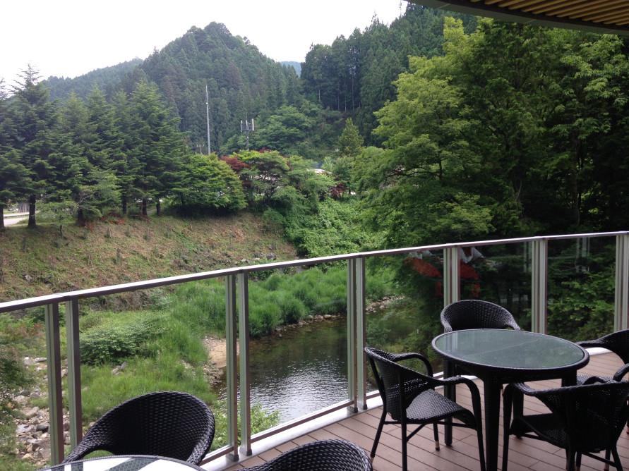 「山のレストランふるさと」にあるテラス席。食事はここで食べてもOK。