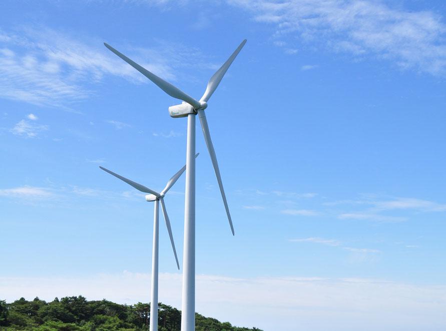 ひときわ目立つ大型風車は、高さ約107m。プラトーさとみのランドマークだ。