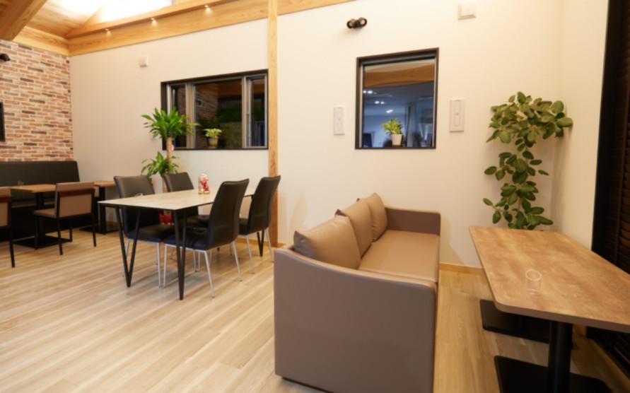 カウンター席、テーブル席、個室席と3つのタイプがあり、シチュエーションに合わせて利用できる。