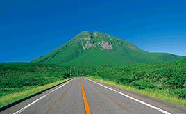 知床峠、羅臼岳を望む 知床半島ドライブルート
